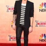 Are we the only ones in love with Adam Lamberts look at the #iHeartAwards?! Arrivals here: http://t.co/GmmMhFttqg http://t.co/WEEzmXekob