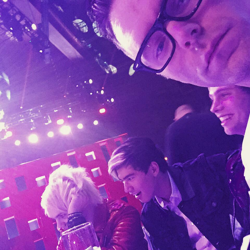 Bobby Bones (@mrBobbyBones): Sitting with @5SOS . Don't know a lot about them yet . Sitting next to Luke... http://t.co/hGOrhkQ1Za