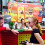 Nicole Kidman disfrutando de una buena arepa venezolana http://t.co/x107V0gCXH (vía @elpropioweb) http://t.co/FNcsGXJAne