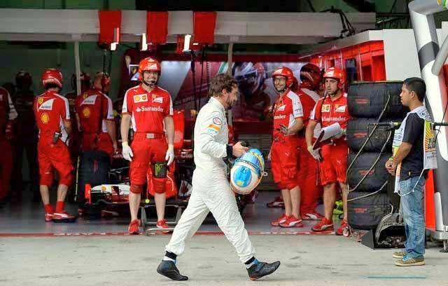 Uma das grandes fotos da F-1 neste ano. (E a cara dos mecânicos da Ferrari?) http://t.co/0bRPnHk0A4