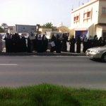 الآن اعتصام عوائل معتقلي #سجن_جو بالقرب من صحيفة الوسط للمطالبه بالكشف عن مصير ابنائهم #bahrain http://t.co/pkKF6beXSf