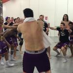 Quand les joueurs du @HBCNantes pètent les plombs et se lancent dans un Haka ! http://t.co/mEMSh02DbV #Final4LNH http://t.co/7MZRoEjj5d
