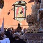 Se canta a la Virgen de la Salud la Salve al Rocío de Triana, ante la representación de la Hdad del @rociodetriana http://t.co/I73oypqGys