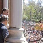 El Rey, junto a @_susanadiaz y @zoidoalcalde, observa el paso de Santa Genoveva por el parque #SSantaSevilla15 http://t.co/Ht5joLjOly