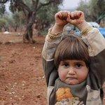 Este niño sirio confundió la cámara de Osman Sagirli con un arma y levantó los brazos en señal de rendición.(2012) http://t.co/Q11VJg5Apa