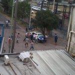 Disturbios en cancha de Arsenal, enfrentamientos entre barras y la policia... http://t.co/0pxNrPcoKr