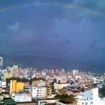 Después de un día caluroso, llueve en @Bucaramanga y surge este hermoso arcoiris #AmoBucaramanga http://t.co/oDeRnE7Zgv
