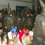Alunos de Medicina da Unesp usam roupa semelhante à da Ku Klux Klan para receber calouros. http://t.co/dQO611ZySJ http://t.co/eQ7z3Akz0q