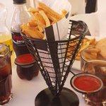 PROHIBIDO lo congelado!! Patatas fritas del campo a la mesa!! #tapeandopor #bermejales @losbermejales #sevillahoy http://t.co/VKwAjFqzdu