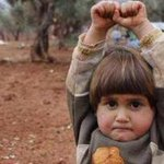 Esta foto me ha helado la sangre. Una niña siria levanta los brazos al confundir una cámara de fotos con un arma http://t.co/ryp8RZHiu4
