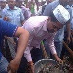 """#IStandWithKV RT """"aajtak: कचरा मिटाने को झाड़ू-फावड़ा लेकर सड़कों पर उतरे #AAP विधायक... http://t.co/x6MdMfCXUn http://t.co/sArbgcSkch"""""""
