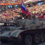Рестлер приехал на турнир в Калифорнии под российский гимн и на танке http://t.co/TS7c1vA9lU http://t.co/lX5G2ynH4T