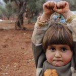 Una niña siria se rinde ante una cámara de fotos al confundirla con una pistola http://t.co/ikeStec5YD http://t.co/MMPggkVihK