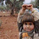 Una niña siria se rinde ante una cámara de fotos al confundirla con un arma. La foto -triste- del mes @NadiaAbuShaban http://t.co/IK2JyrXjKz