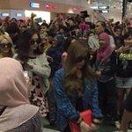 """@501Awani: Girls Generation hampir tercedera di KLIA, peminat Malaysia mohon maaf http://t.co/EaDiTtz5TQ http://t.co/CZRdI4Shjj""ganas angat"