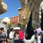 Detalles de un #LunesSanto en #Sevillahoy. #TDSActualidad #TDSCofrade http://t.co/PgG6IT57C9