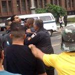 Homem protesta contra comemoração do golpe militar, apanha da polícia e é preso. http://t.co/VOn8Hr9Wwn @Ancelmocom http://t.co/vm1JlCz8eu