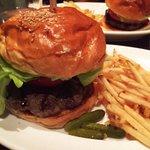 本格派なお肉がとても美味で、ボリューミーなのにペロリ。時々無性に恋しくなる!ついつい通ってしまうレストラン。(Airi Nakano)http://t.co/1RZVZ4sL4x http://t.co/l18alVUR08