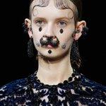 15-16秋冬コレクションをプレイバック! 「ジバンシィ バイ リカルト ティッシ」南米的なヘアメイクが印象的。ブラック&レッドでダークな世界観を披露。http://t.co/WgieqMByT0 http://t.co/2xmfg1raOI