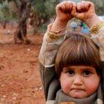 """La niña siria refugiada que fue """"apuntada"""" con una cámara, pensó que era un arma y se rindió http://t.co/F9pdQfGi7N http://t.co/PoJ4qQIdi3"""