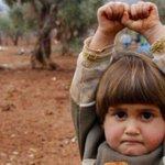 La verdad sobre la imagen viral de la niña refugiada que se rindió http://t.co/cOt08H6ZM1 http://t.co/VaUtWneia1