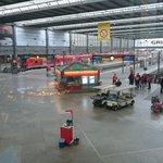 RT:@Zootoast1:Hauptbahnhof München: gähnende leere in der halle, davor wartende Menschen und Fahrgäste #Niklas #Orkan http://t.co/6XO9H4ApOh