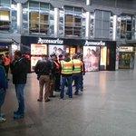 Gerade läuft die Einsatzbesprechung der Polizei #Hauptbahnhof #München #Niklas http://t.co/cZnXxK5d7z