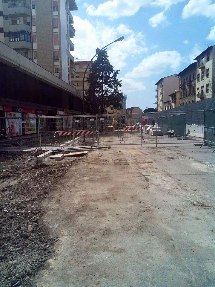 """#Firenze #Tramvia #linea3 cantieri vuoti in viale Morgagni. Nuovi scioperi degli operai ex Grazzini in vista... http://t.co/jQA7e4UxIH<a target=""""_blank"""" href=""""http://t.co/jQA7e4UxIH""""><br><b>Vai a Twitter<b></a>"""