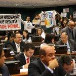 Comissão da Câmara aprova admissibilidade de proposta que reduz a maioridade penal. http://t.co/ILCjGvdaDX http://t.co/yn9c2VWMAj