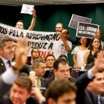 Proposta que prevê a redução da maioridade penal avança na Câmara http://t.co/d3wmWbzdIX http://t.co/0STScJv5NX