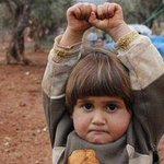 """Conmovedora imagen de niña siria que """"se rinde"""" ante cámara fotográfica se viraliza http://t.co/fbrYQ9saSg http://t.co/8kfuL6mZTG"""