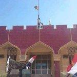 لحظة إنزال علم داعش ورفع العلم العراقي في مبنى بلدية محافظة صلاح الدين تكريت ✌✌✌✌✌✌✌✌✌✌✌✌ http://t.co/84HTo9U0AG