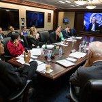 کاخ سفید این عکس از گفتگوی کری با اباما منتشر کرد. آخرین باری که همچین عکسی منتشر کردند وقتی بود که بن لادن رو گرفتن! http://t.co/L4fy1m7Dik