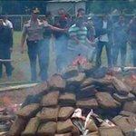 La Policía de Indonesia intoxicó a un pueblo entero al quemar tres toneladas de marihuana http://t.co/BceGg01cc9 http://t.co/AmIxd5yJzx