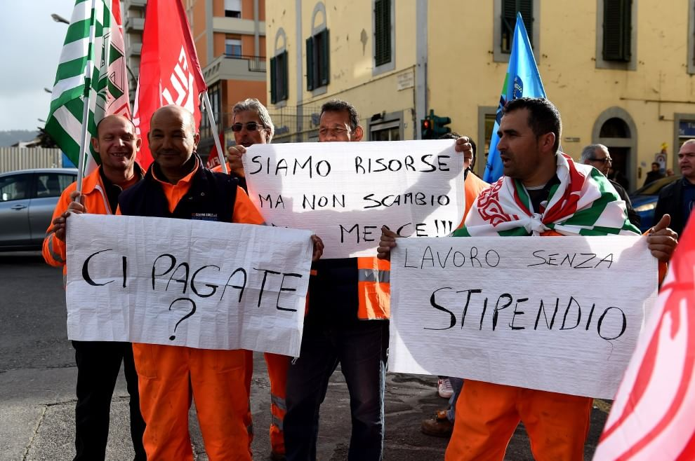 """RT @rep_firenze: #Tramvia, lo sciopero dei lavoratori della ex Grazzini http://t.co/JtmH9noh4J http://t.co/EXBzfx7kp9<a target=""""_blank"""" href=""""http://t.co/EXBzfx7kp9""""><br><b>Vai a Twitter<b></a>"""
