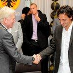 """April, April""""@stadtdortmund: Verwaltung kauft @BVB @matshummels ab und verpflichtet ihn ewig in #Dortmund zu spielen http://t.co/Bb4Z1c8mDj"""""""