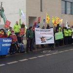 Im Kanzleramt wird gleich das #Fracking-Gesetz verabschiedet - draußen gibts Protest http://t.co/H4uvc1nrpP