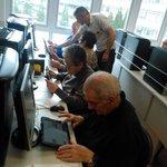 Nuestros mayores aprenden a utilizar tablets en el curso de alfabetización digital. Están muy emocionados! #Coruña http://t.co/4jqxtCMIIV
