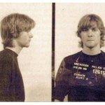 """19–летний Курт Кобейн, арестованный за граффити """"Бог — гей"""". http://t.co/r7DXipxxCo"""