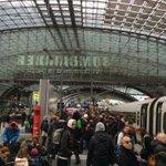 Die Gleise sind voll, die Züge verspätet und die meisten Reisenden trotzdem entspannt. #Niklas #Berlin http://t.co/4HWzCFanb0