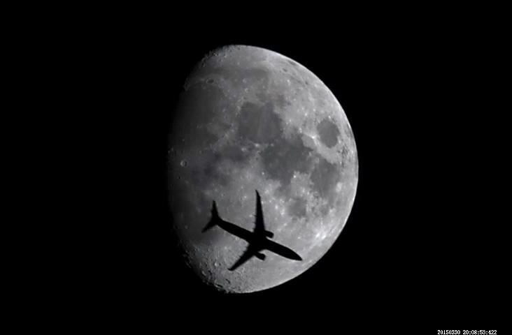 30日(月)20時08分。岡山で撮影した月面を通過した航空機。大阪→熊本 ANA529便 ということが分かりました。当日、この便に乗ってた人に画像を見せてあげたい。どなたか、お心当たりの人がいたら教えてあげてください。(。・ω・。)ノ http://t.co/7A8F2NiDM6