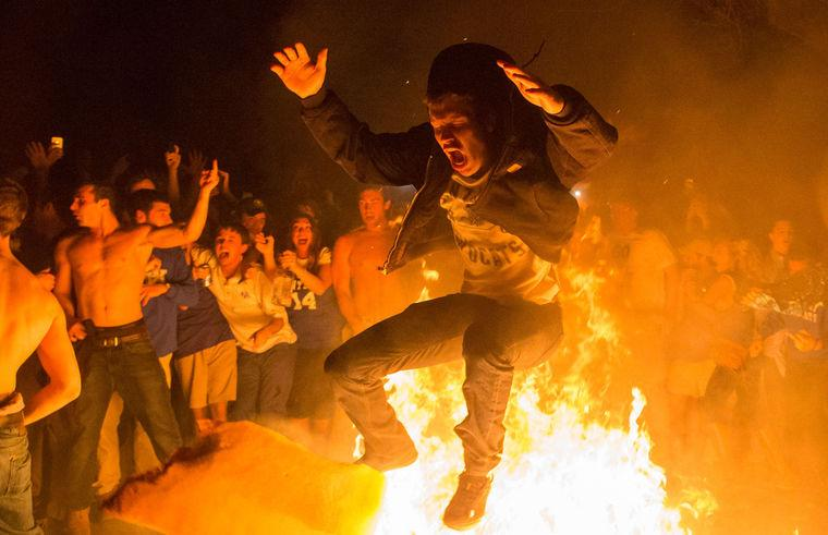 A tradition continues: Re-legalization of couch burning great step for city, University | http://t.co/YIewzEwRXV http://t.co/oS3fTvNCnM
