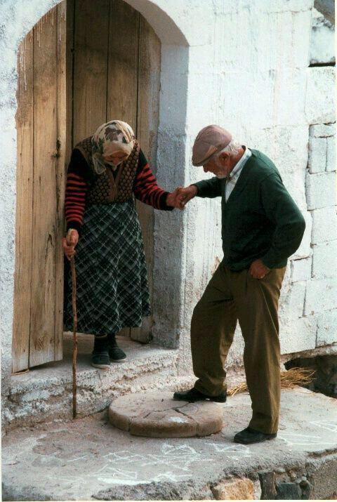 "صورة معبرة:  "" الحب لا عمر له "". http://t.co/RIwqbBO3Gw"
