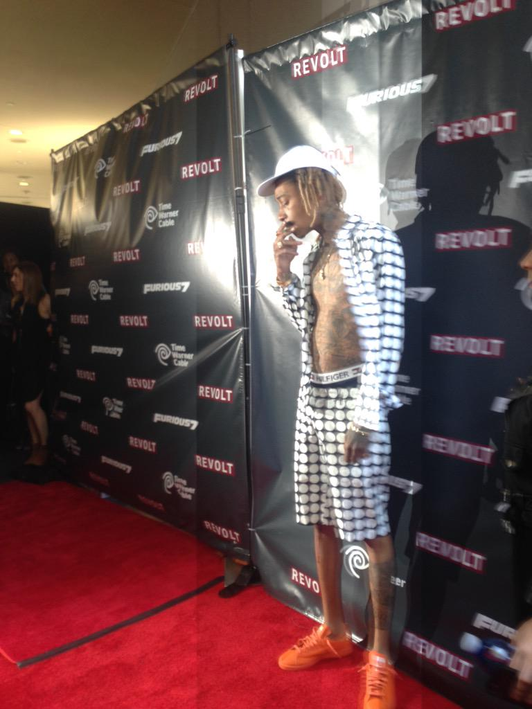 Nothing says red carpet arrival quite like @wizkhalifa smoking a joint!