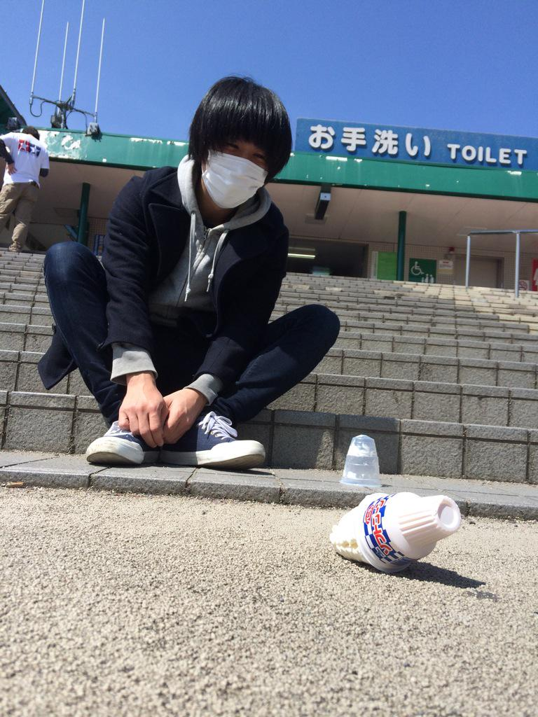 買ったアイス、一瞬で落としたなかやまの絶望感 http://t.co/38a80P4pjI