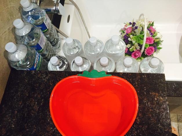집이 주택이라 뜨거운물이 나오려면 좀 걸려요. 당연히 그냥 흘려 버리는 물이 생기더라구요. ㅠㅜ 저리 페트병에 모아 화분, 꽃에도 물주고 세수도 하고~ 부엌일 할 때도 써요^^ 요즘 물재활용 유행인거 알져^^? http://t.co/KZLrIlnyhb