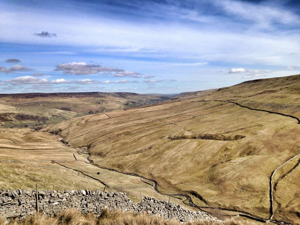 Heartens the soul 😀 Sunshine,big sky & rolling hills.  (There's a gap in't wall but I'm overlooking this) #Yorkshire http://t.co/kkS96M4SFW