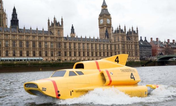 リメイク版 #サンダーバード 放送開始記念で実寸大の4号機がテムズ川をくだったらしい。イギリスって素晴らしい