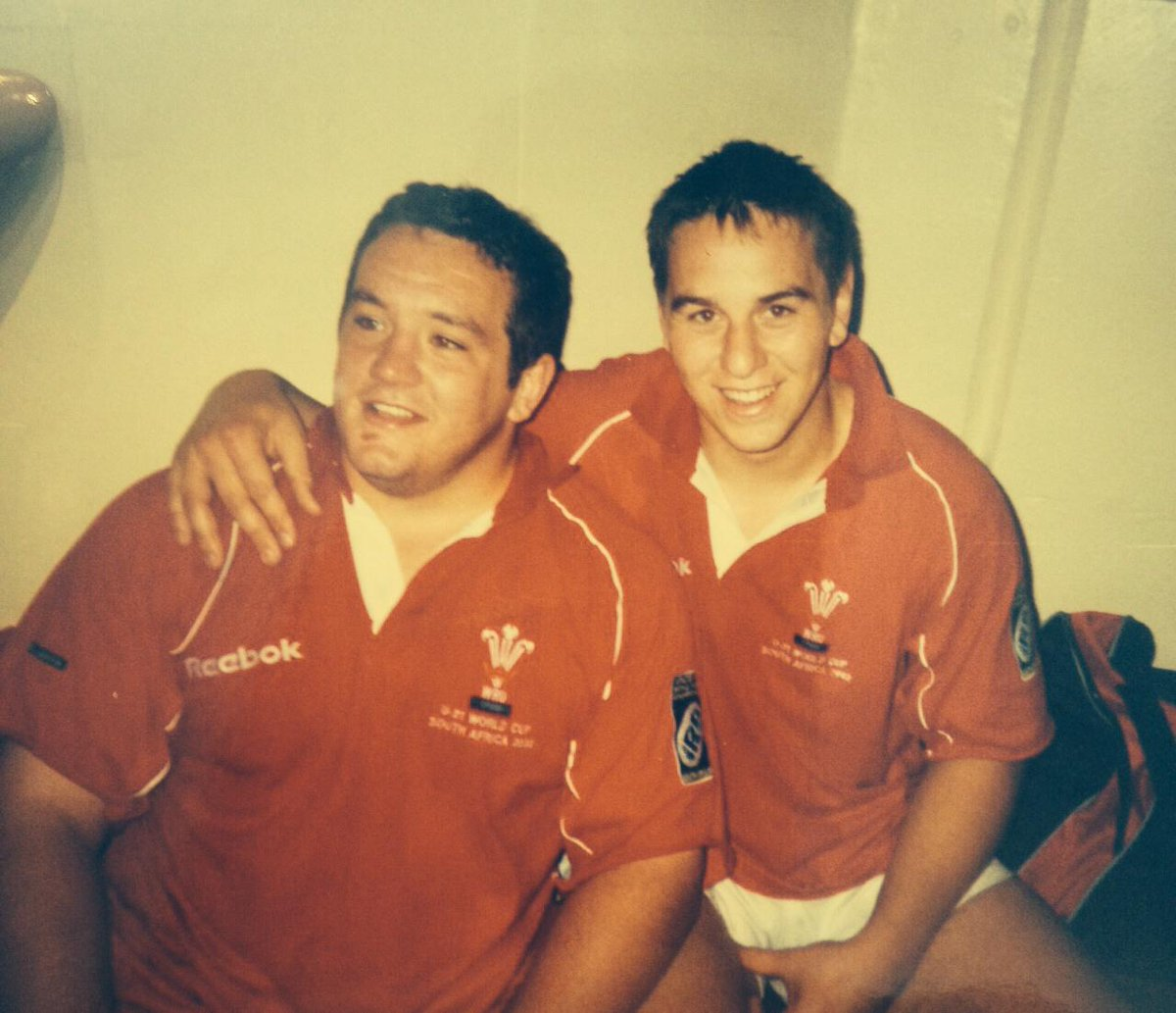 Throwback to fresh faced @adamjones3 & @RyanJonesOnline. Can you guess what year this photo was taken? http://t.co/mwi7Cebsja