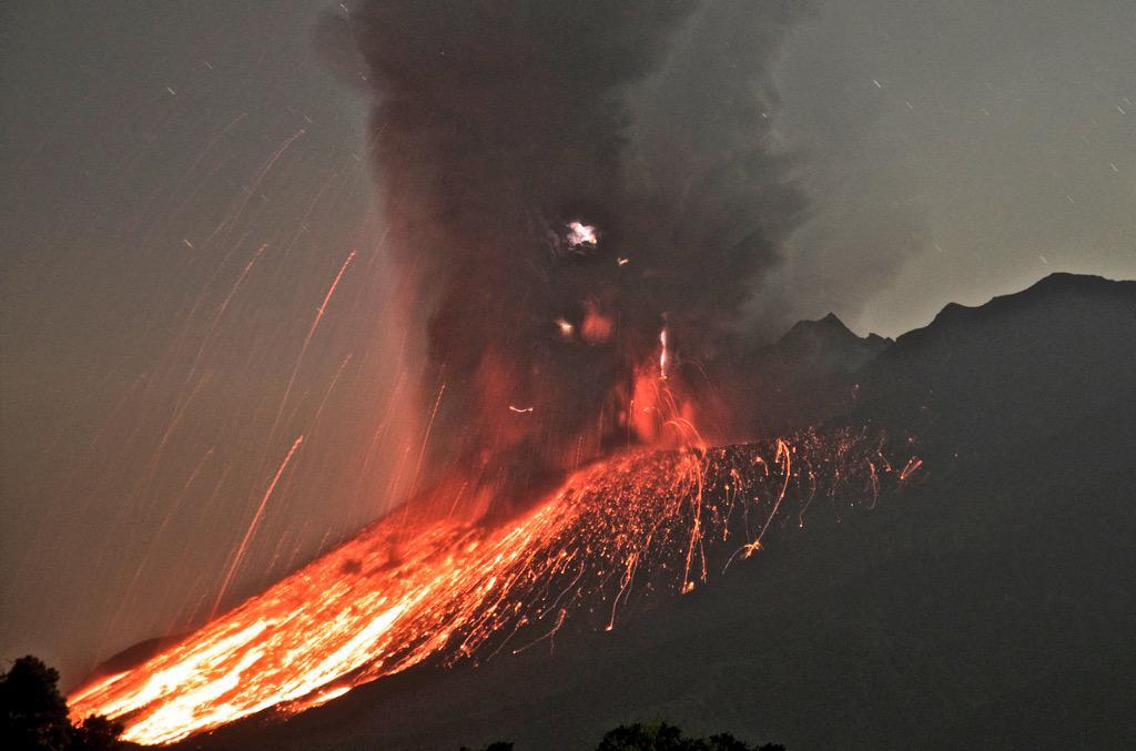 川内原発も再稼動ではなくて燃料棒を運び出す準備始める必要があるRT @hanashiawanai: 1日、午前3時頃の桜島噴火の様子です。 大量に溶岩が降り注ぎ、火山雷も確認できました。 マグマが流れ出て麓の方は真っ赤です。 http://t.co/49U3OxSiUR